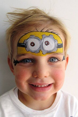 رسم مينيون على وجه طفل