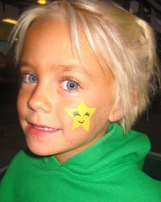 رسم نجمه على وجه طفل