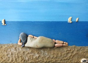 فتاة على شاطئ البحر من الحجارة